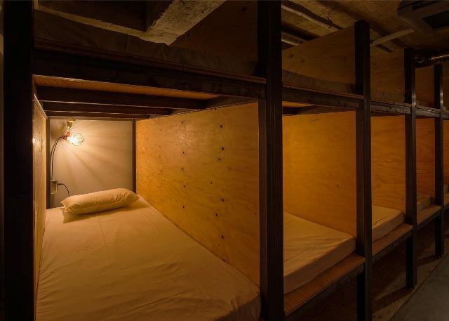 Deretan tempat tidur dalam satu kamar (bookandbedtokyo.com)