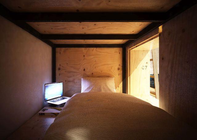 Tempat tidur yang disediakan di Book and Bed Tokyo (bookandbedtokyo.com)