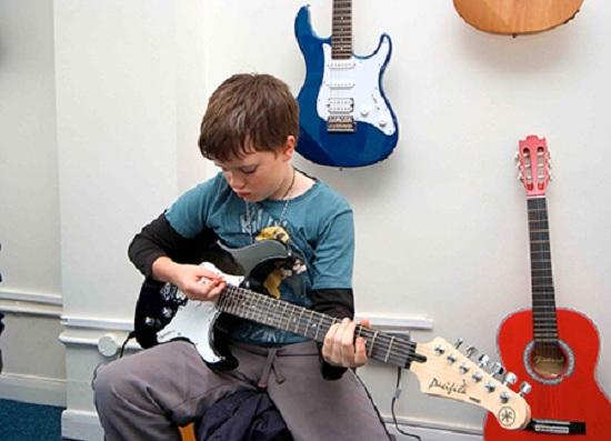 Latihan gitar (Kaskus)