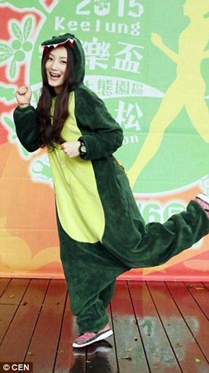 Sang aktris saat mengenakan kostum dinosaurus (Daily Mail)