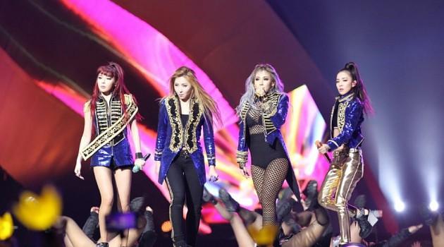 2NE1 tampil di MAMA 2015 (www.wowkeren.com)