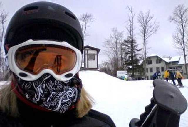 Wanita jadi jago main ski (Deadbees)