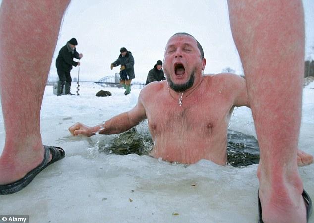 Berenang di air dingin (Daily Mail)