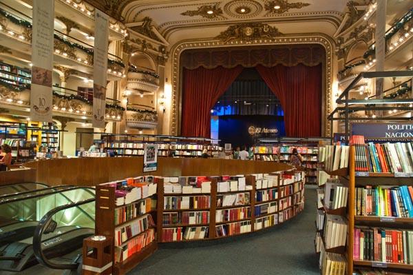 Deretan buku di El-Ateneo-Grand-Splendid (motoryviajes.com)