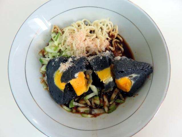 Pempek Hitam Indonesia (food.detik.com)