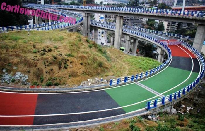 Hindari Kecelakaan, Jalanan Ini Dibuat Warna-Warni