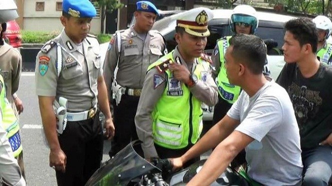 Polisi tilang TNI (Tribunnews)