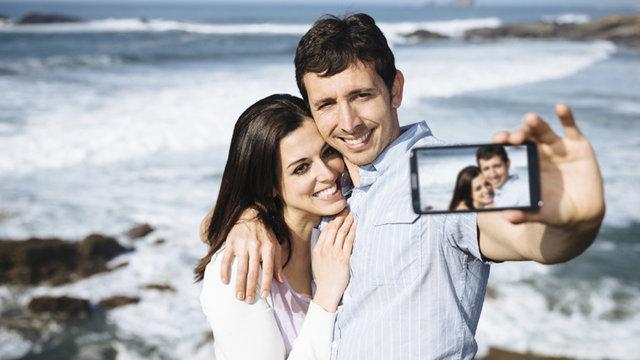Selfie bareng pacar (dailymail)