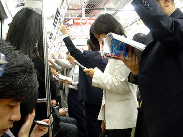 Baca buku di kereta (Baltyra)