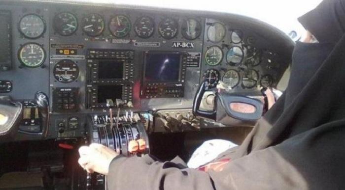 Wanita Ini Jadi Pilot Muslim Bercadar Pertama di Dunia