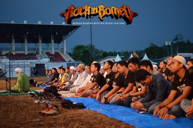 Salat berjamaah di Rock in Borneo (Facebook)