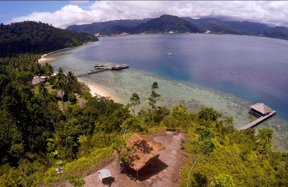 Panorama resort dari puncak bukit di Pulau Cubadak. Photo by www.cubadak-paradisovillage.com
