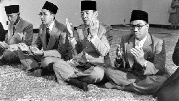 Bung Karno berdoa (Detik)