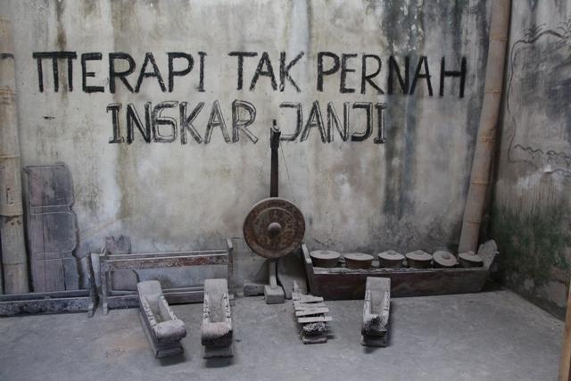 Gamelan dan alat musik sisa erupsi Merapi (yukjalanyuk.wordpress.com)