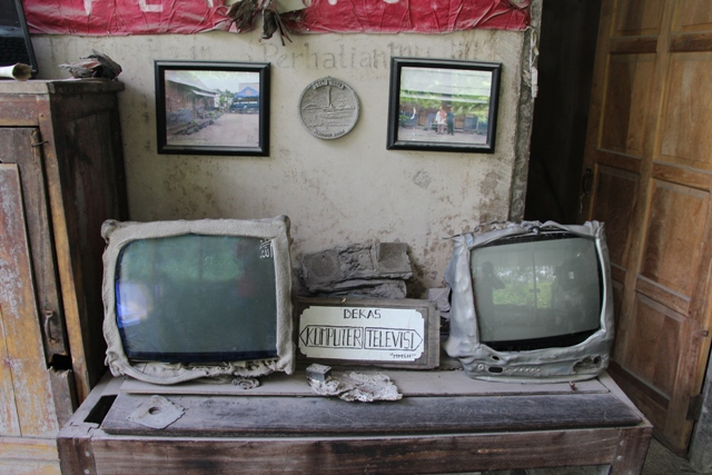 Komputer dan televisi yang terkena erupsi merapi (yukjalanyuk.wordpress.com)