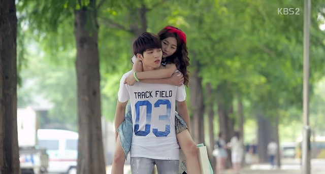 Piggy Back Ride dalam School Love On (dramafever.com)
