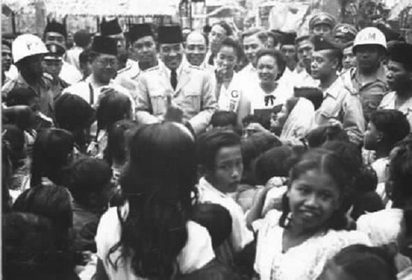 Sukarno bersama anak-anak (Kaskus)