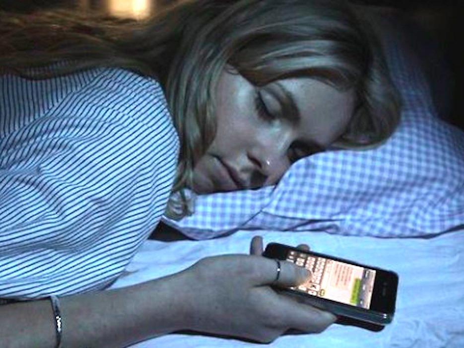 Perhatikan, Efek Bahaya Tidur di Dekat Smartphone Setiap Hari