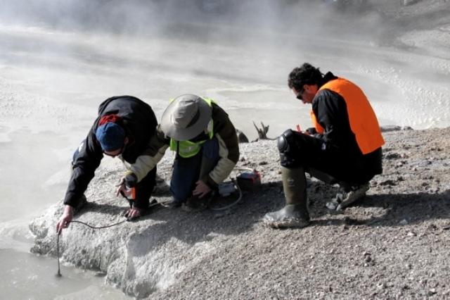 Mahasiswa Geologi dan Geofisika sedang melakukan penelitian (www.uwyo.edu)
