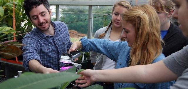 Mahasiswa Jurusan Biologi sedang Meneliti Tanaman (www.haverford.edu)