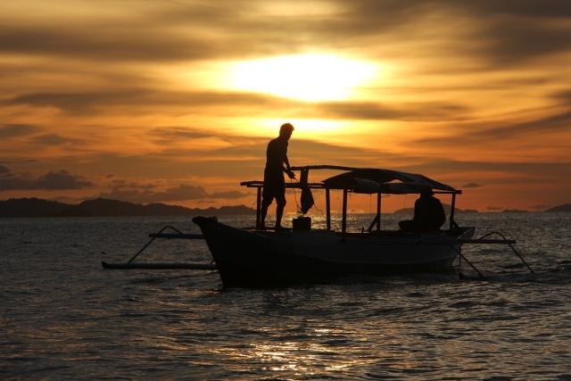 Perahu Nelayan di Pantai Lalos (www.travelmatekamu.com)