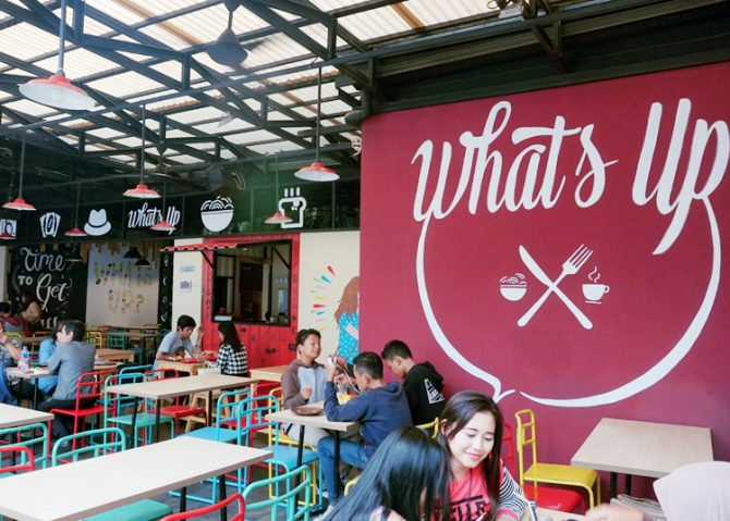 Suasana Luar di Whats Up Cafe (farrago.co.id)