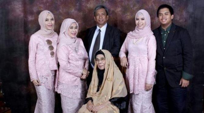 Ines dan keluarga (Bintang)