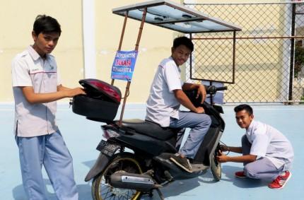 Tiga siswa pembuat motor tenaga surya (Hai-Online)