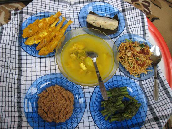 Makanan yang disediakan dalam tradisi Bedulang (Detik)