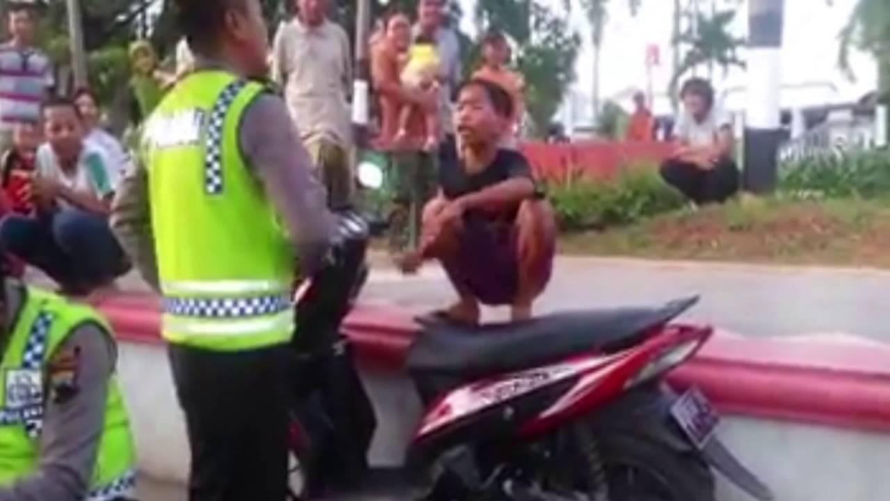 Adu Argumen Kocak, Video Polisi Vs Anak Kecil Ini Jadi Berita