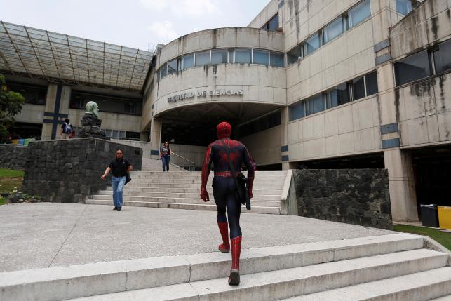 Vazquez menuju kampus (Reuters)