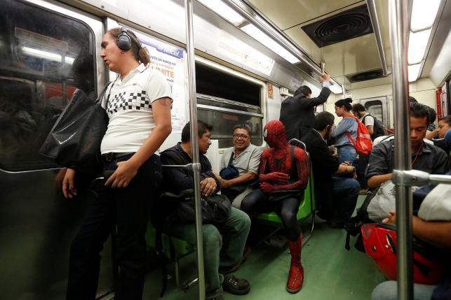 Vazquez ngobrol dengan penumpang lain saat naik kereta (Reuters)