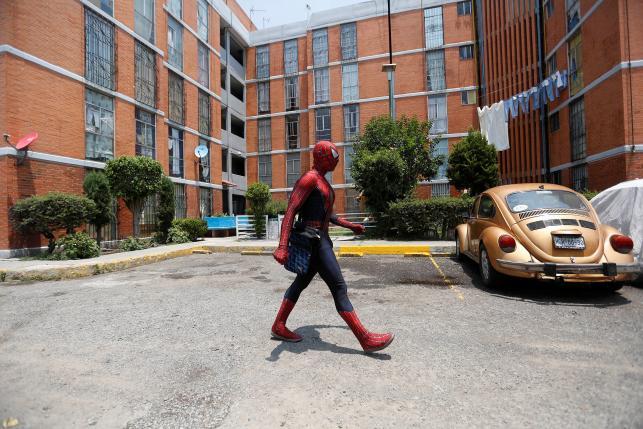 Vazquez berjalan di kampus (Reuters)