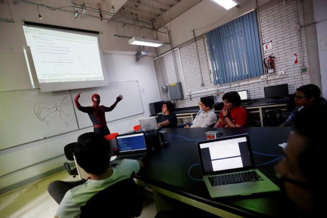 Vazquez mengajar di dalam kelas (Reuters)