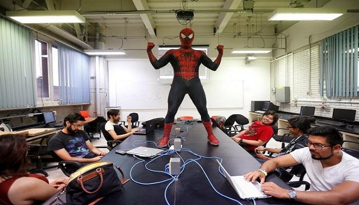 Bukan Superhero, Spider-Man di Meksiko Jadi Dosen