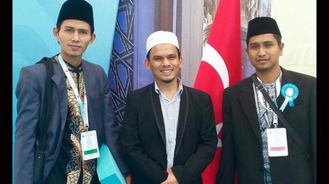 Ketua PPI Turki, Azwir Nazar (tengah) bersama juara MTQ Internasional Turki Zainal Arifin (kiri) dan Takdir Feriza (Tribunnews)