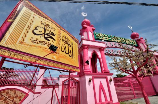 Bagian Depan Masjid Pink (www.tripadvisor.com)