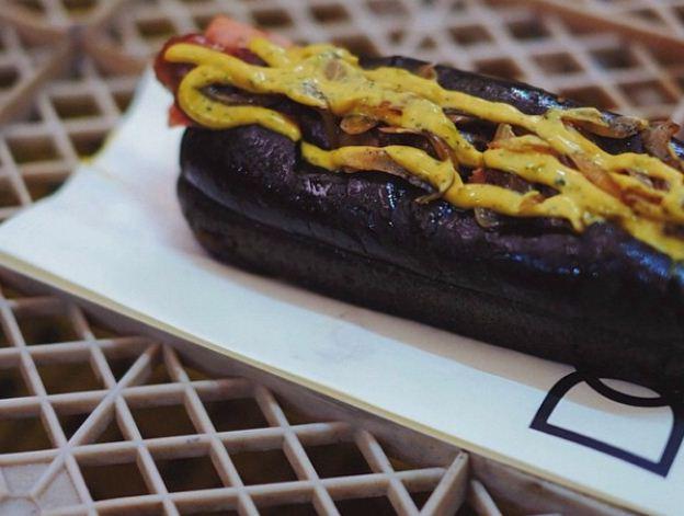 Hotdog hitam di DOG (www.qraved.com)