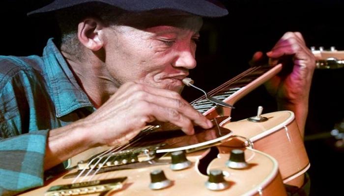 Kakek Ini Main Gitar Pakai Sendok, Gokil Skillnya