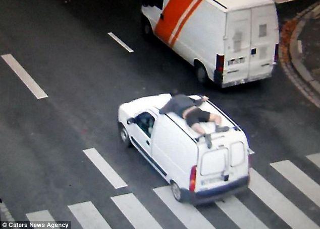 Ilustrasi gelantungan di mobil (Solopos)