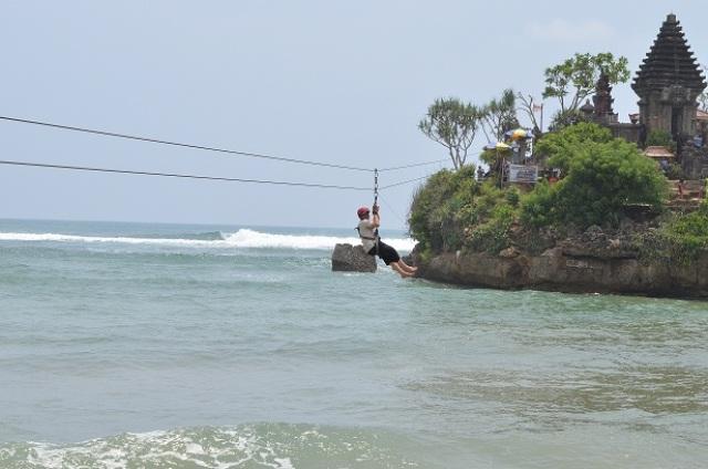 Flying Fox di Pantai Balekambang (juragancipir.com)