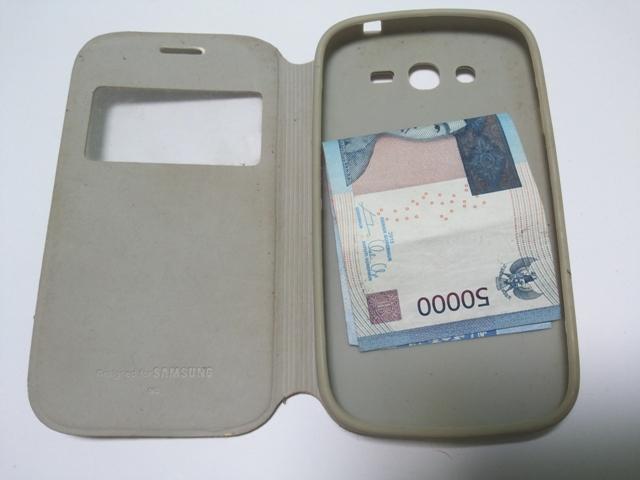 Menyimpan Uang dalam Casing Ponsel (jadiberita.com)