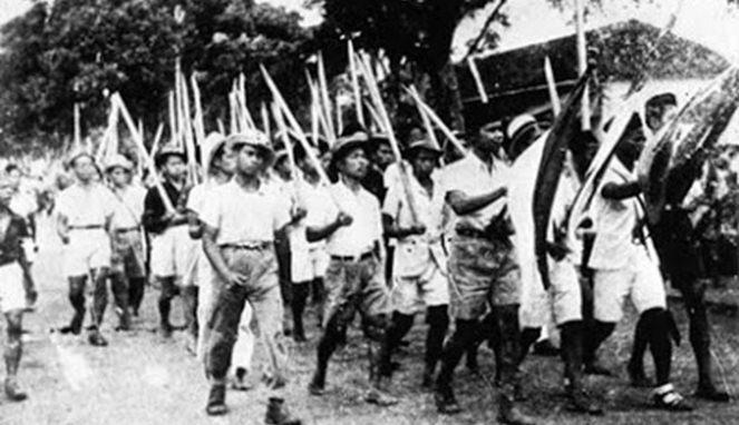 Pejuang pakai bambu runcing (Boombastis)