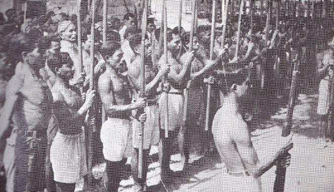 Pejuang pakai bambu runcing selain senapan (Boombastis)