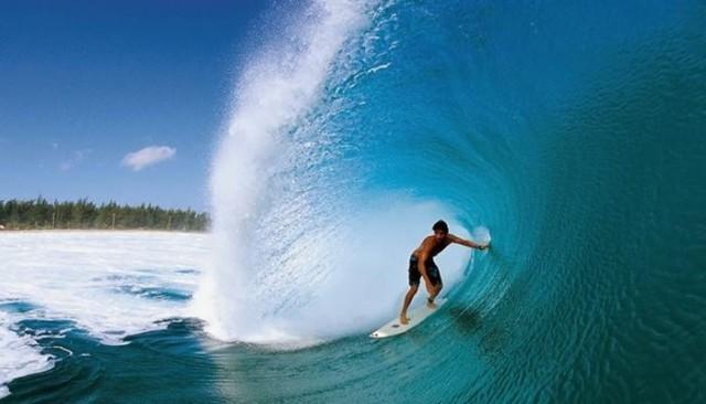 Surfing di Pantai Kuta (sewamobilbali1st.com)