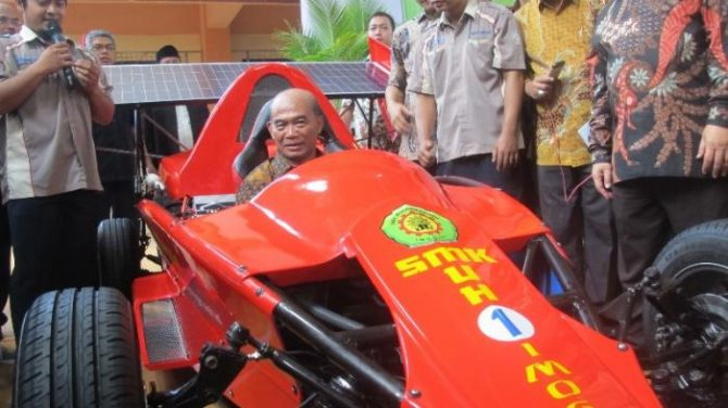 Mendikbud Muhadjir Effendy saat mencoba mobil Formula Hybrid karya siswa SMK Muhammadiyah 1(kemdikbud.go.id)