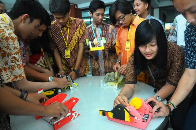 Para mahasiswa baru STTS membuat robot sederhana (Biangnews)