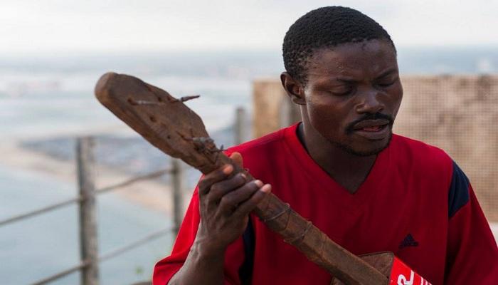 VIDEO: Kehebatan Pengamen Tuna Netra Main Gitar dari Kaleng Bekas