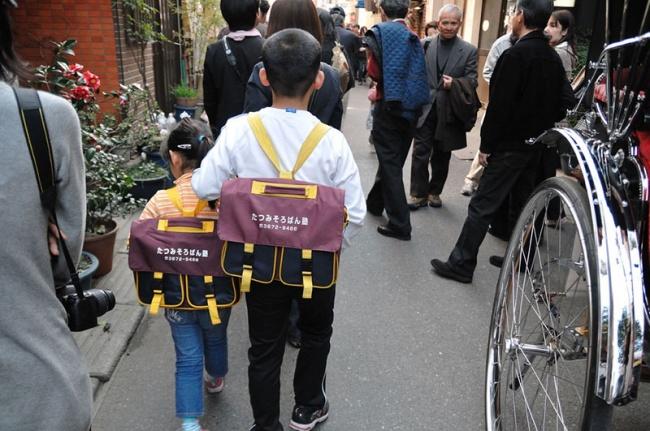 Anak sekolah di jalan (Flickr)