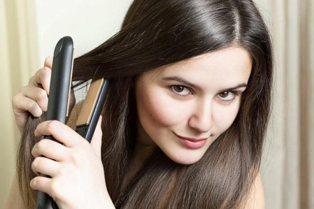 Menggunakan pelurus rambut (noticias.r7.com)
